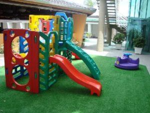 playground em casa com superfície de grama sintética