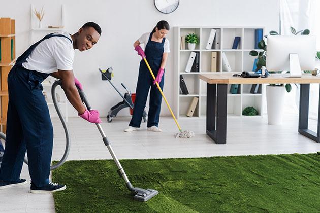 Equipe de limpeza profissional sabe como limpar grama sintética