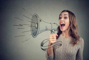 imagem de mulher gritando em um megafone de desenho