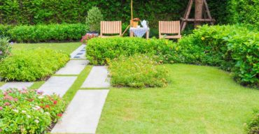 A instalação de grama sintética pode ser a solução para revigorar um jardim
