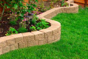 A instalação de grama sintética pode deixar o jardim mais bonito