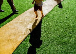 Com a instalação de grama sintética, as crianças podem brincar à vontade. D