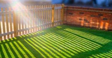 grama sintética no quintal de uma casa para preservar o meio ambiente