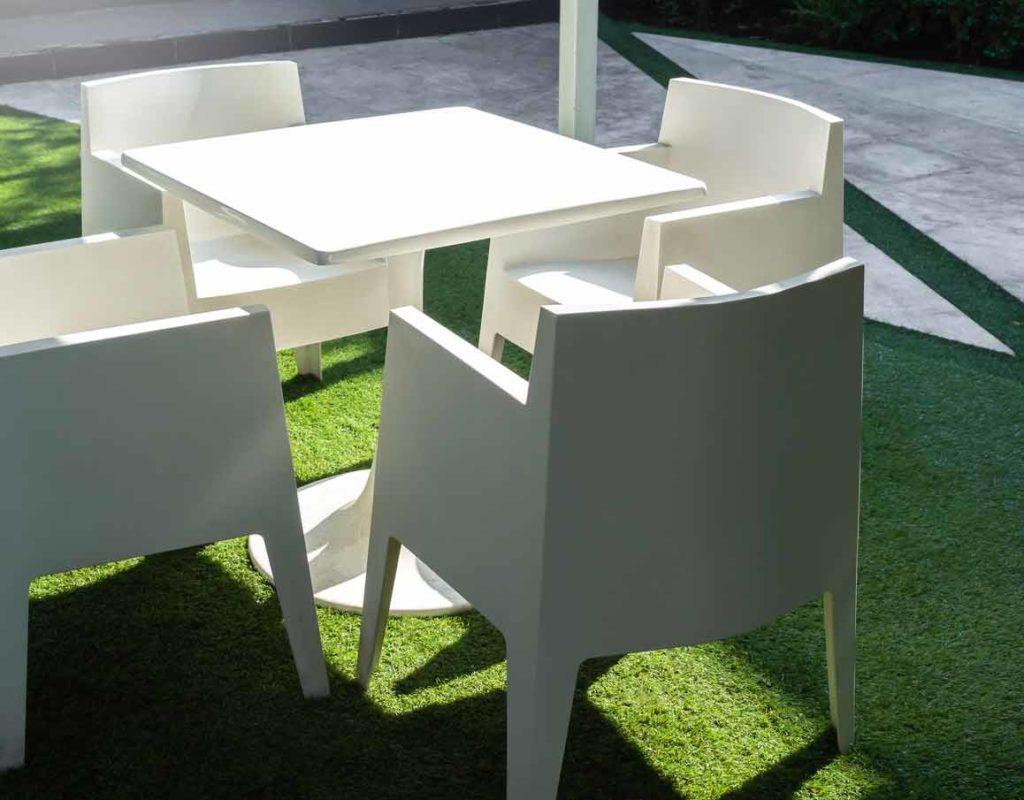 móveis sobre grama sintética