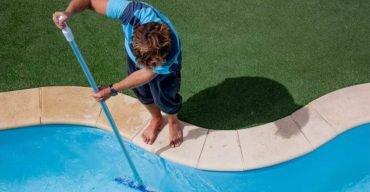 grama sintética ao redor da piscina