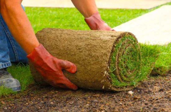 execução da preparação de terreno para receber grama sintética