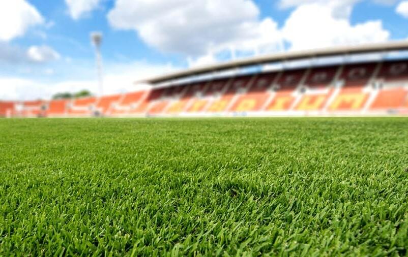 Estádio de futebol desfruta dos benefícios do gramado sintético esportivo