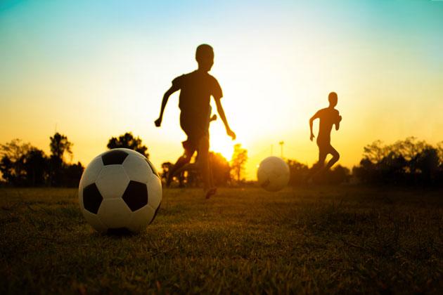 Pessoas desfrutando dos benefícios do gramado sintético esportivo