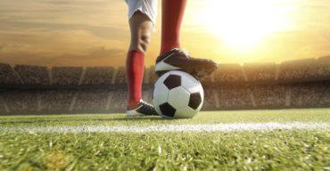 Jogador de futebol sobre a grama sintética padrão FIFA