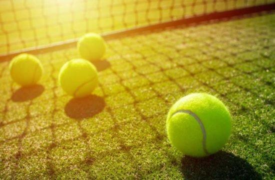 grama sintética na quadra de tênis