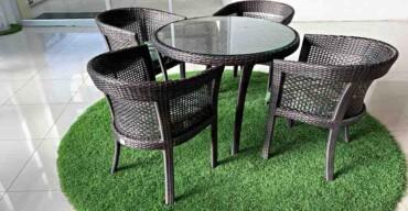 Dica para usar grama sintética em ambientes internos: como tapete na sala de jantar