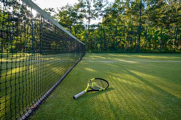 Piso para quadra de tênis feito com grama sintética