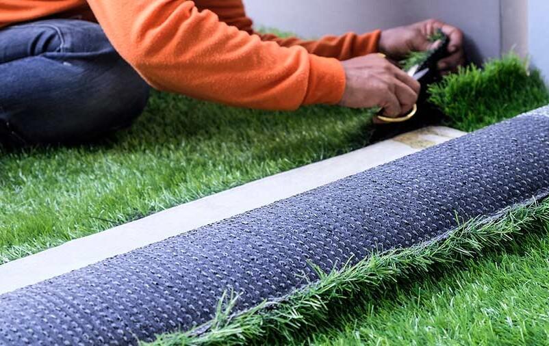 Vemos a instalação de gramado. Veja qual a base para instalar grama sintética!